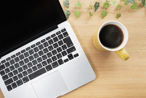 ノートPCとコーヒーの写真