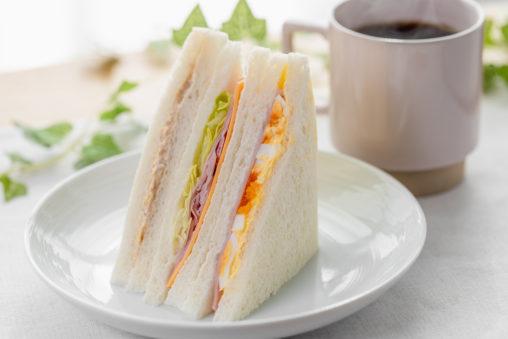 ミックスサンドイッチとコーヒーの写真