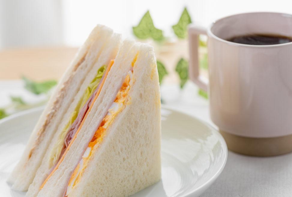 ミックスサンドイッチとコーヒー_2の写真