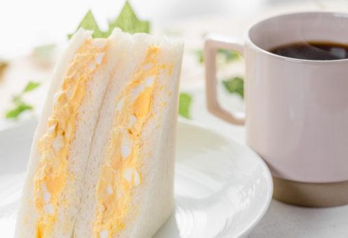 たまごサンドイッチとコーヒーの写真