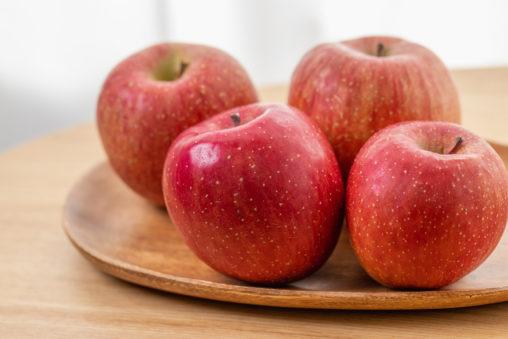 リンゴ/林檎/木のお皿の写真