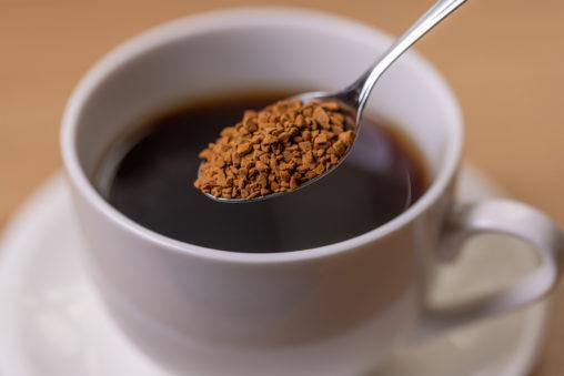 インスタントコーヒー/白いカップ/スプーンの写真