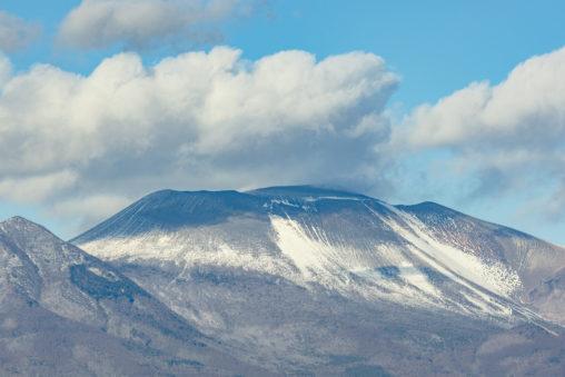 初冬の雪が少し積もった浅間山の写真