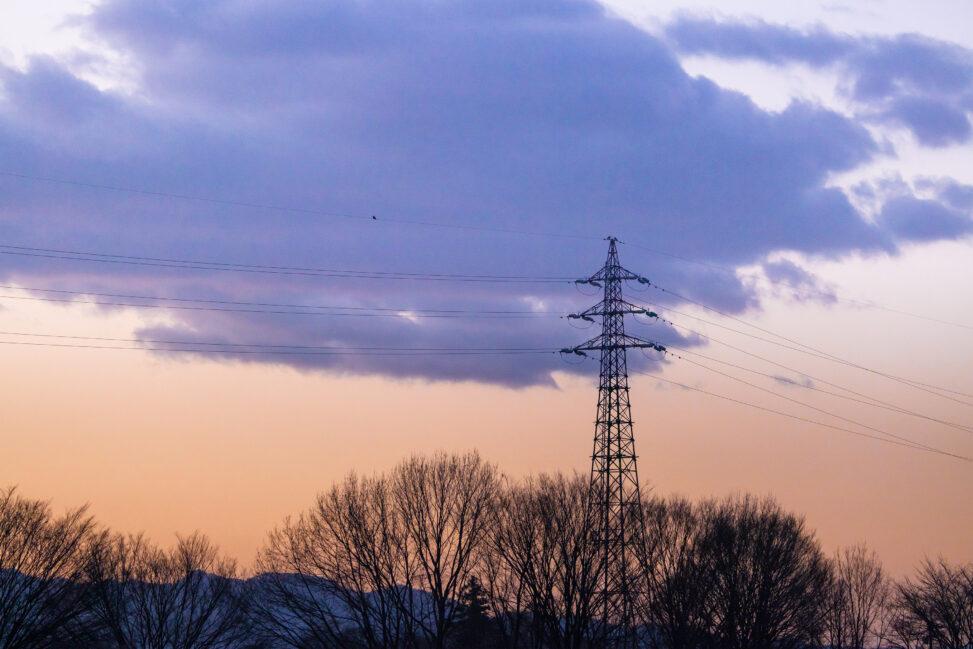 朝焼けと鉄塔の風景の写真