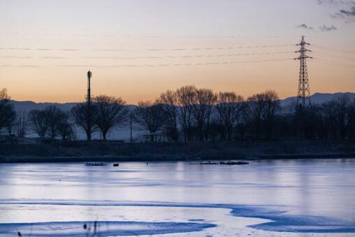 凍った湖と朝焼けの写真
