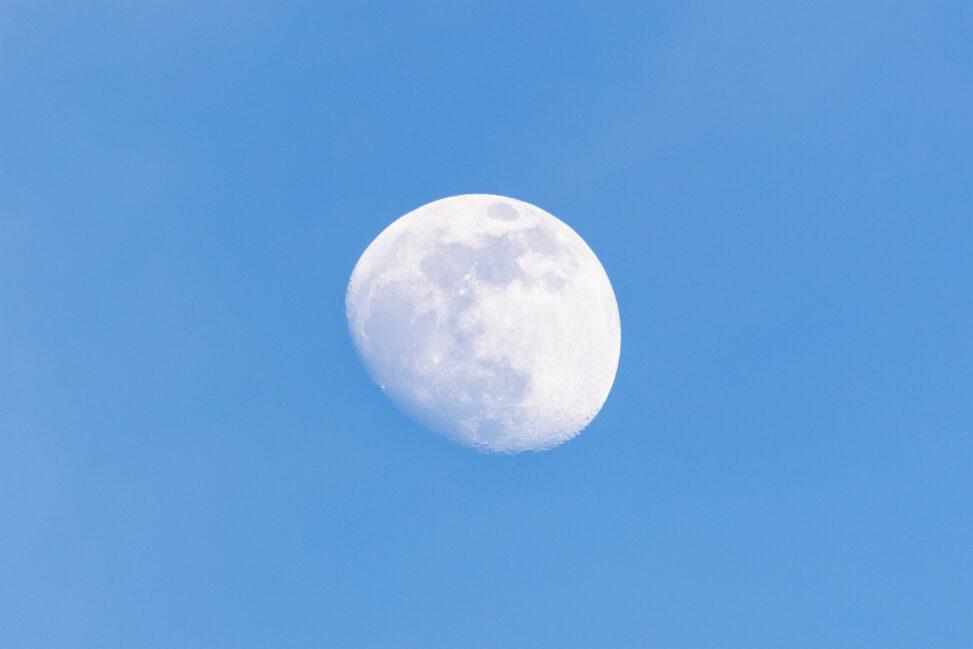 昼間の空の月の写真