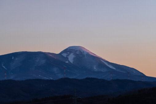 夕日に照らされる冬の蓼科山の写真