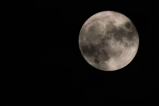 雲がかかった満月の写真