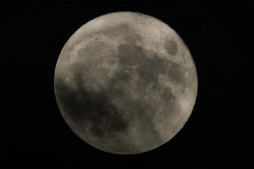 雲がかかった満月(アップ)の写真